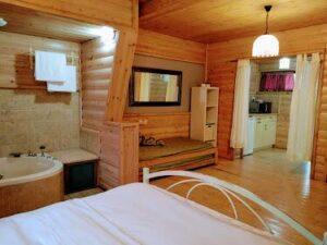צימרים חופשה בירוק בקתות עץ לזוגות ומשפחות במושב בית הלל4